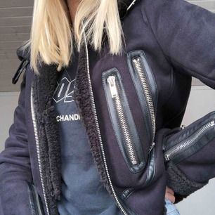 Svart mocka/Teddy-jacka med spännen på baksidan och krage. Köpt från Zara förra året för 700kr. Frakt är inte inkluderat🥰