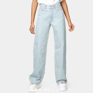 Säljer dessa jeansen ifrån junkyard, wide leg jeans Miami Blue. Storlek 24 men skulle säga 25/26 i midjan. Frakt står köparen för, i nyskick