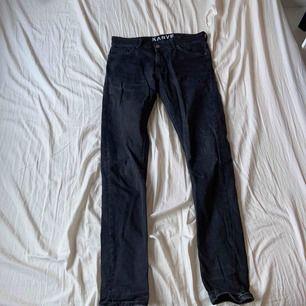 Enkla och faded jeans från Karve. Skiiitsköna och snygga, passar till allting. Size är W30 men har W32 annars så de sitter större. De är stretchiga i materialet.