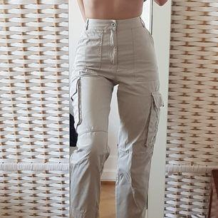 Häftiga cargo byxor i beige/grått/vitt💥💥 Älskar dessa byxor dom är bara lite för korta i benen på mig som är 174cm