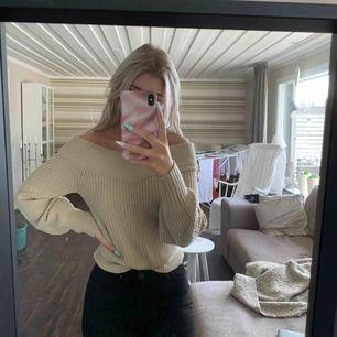 Beige stickad tröja, offer shoulder modell