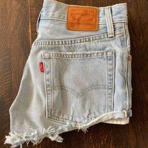 Säljer dessa populära Levis shorts i modellen 501 tyvärr växt ur dom.