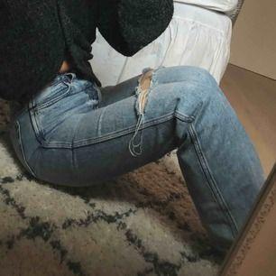 Jeans från &other stories, använda 3 gånger ungefär. Säljer då dom blivit förstora för mig! Jag är 169 cm lång