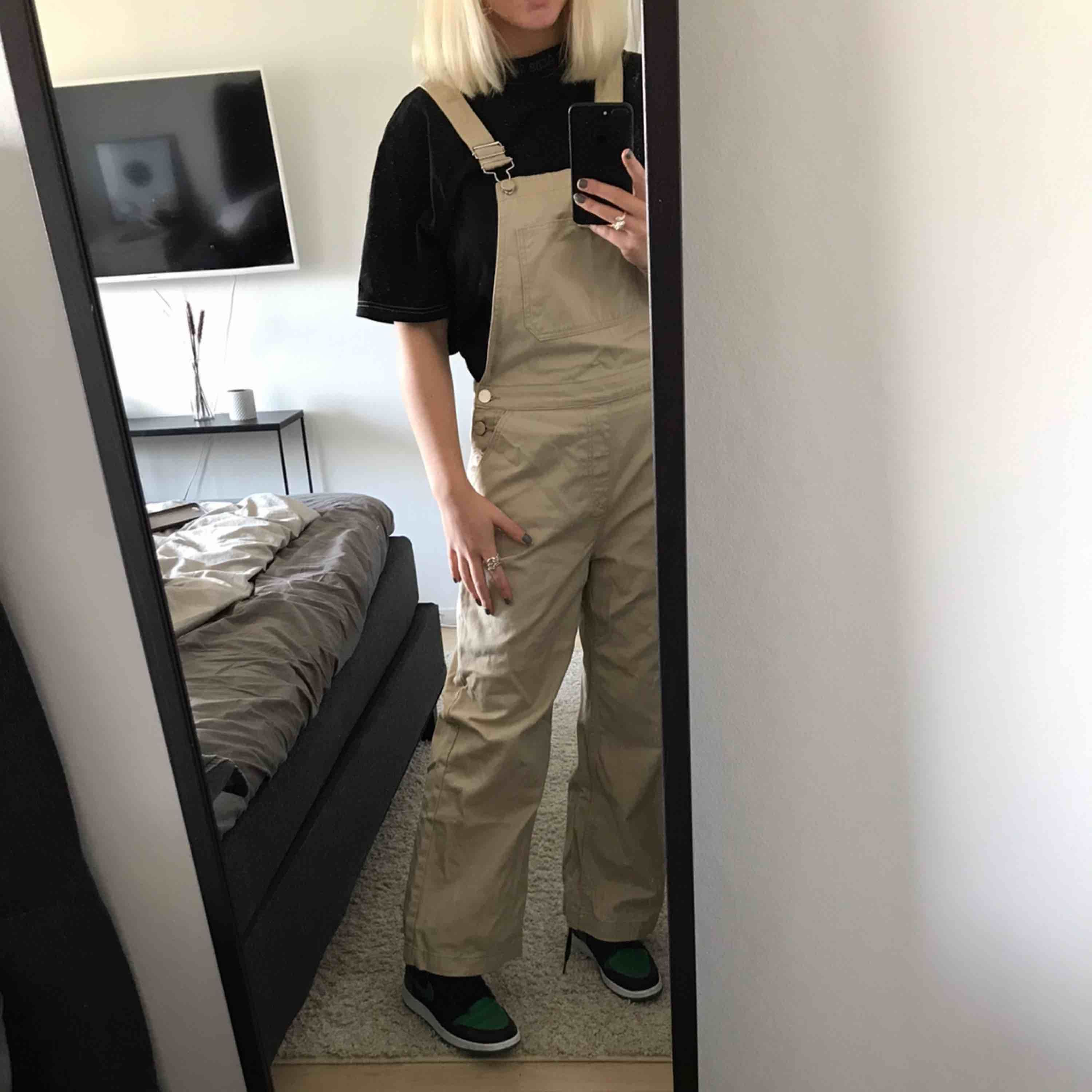 Beiga Dungarees från Pieces  Fits S/M . Jeans & Byxor.