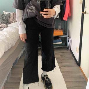Svarta korta flare jeans från HM Strl: 36