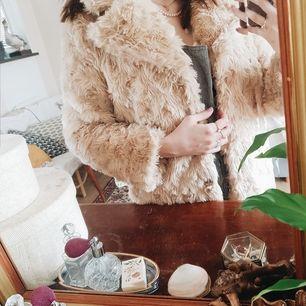 vit pälsjacka från Ginatricot, storlek 34 men passar mig som är 38 rätt bra ändå. Hyffsat varm, väldigt mjuk, skön o vårig! runt ett år gammal och en lagad knapp annars felfri 🦢🐓