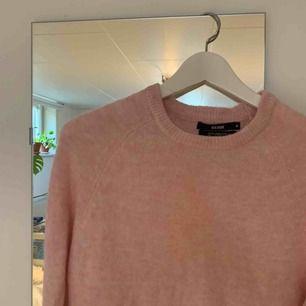 Säljer denna superfina rosa stickade tröjan! Den är ganska tunn och härlig vilket gör att man kan ha den nu i vår. Gjort av Mohairblandning.