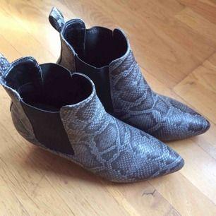 Sparsamt använda boots med snakeprint. Säljes då de är lite för små för mig. Storlek 38. Priset är inkl vanlig frakt :)