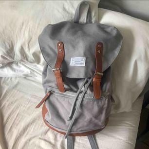 Klassisk ryggsäck i nyskick, rymlig🦋 ( det är fel på min kamera, väskan har inte rosa fläckar )