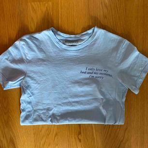 ljusblå t-shirt från weekday med drake-citat mkt bra skick