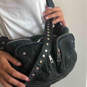 Mörkgrön NUNOO väska nyskick!! Sparsamt använt. Alimakka washed leather. Bredd 34cm, Höjd 19 cm.  Nypris- 1600
