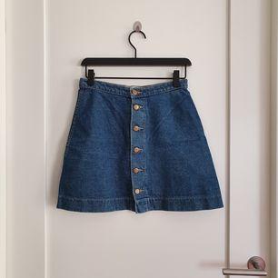 Klassisk jeanskjol från American Apparel. Väl använd men i bra kvalitét!