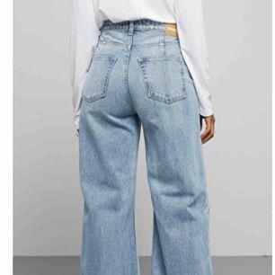 Snygga blåa jeans från Weekday i modellen Ace. Det är fint skick, säljer pga att de blivit för stora för mig :(. Köparen står för frakt.