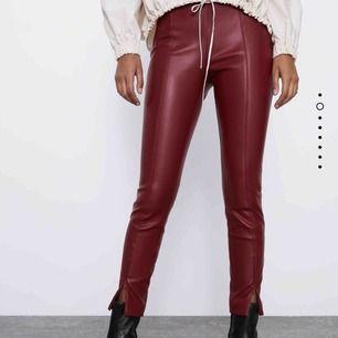 Ett par röda skinnbyxor från Zara. Är knappt använda så är i ett väldigt bra skick. Skulle säga att byxorna är lite mindre så passar en XS-S och en liten M. När jag köpte byxorna kostade de 400kr.💕💕💕👌🏿👌🏿