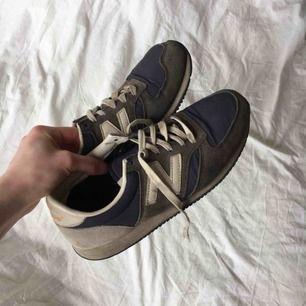 New Balance 420 i strl 38! De är i ganska bra skick utöver skosnörena som är slitna.