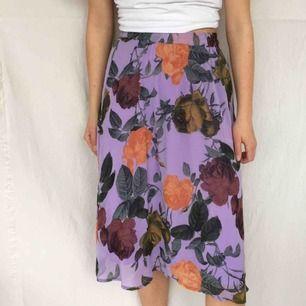 Flowig lila kjol från Ichi, köpt för 500kr så bra kvalitet! Frakt tillkommer på 45kr<3