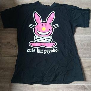 En T-shirt där de står
