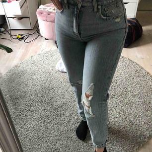 Ett par sjukt snygga, slitna sommar jeans från zara. Snygga slitningar och hål och den perfekta sommarbyxan🌞 Frakt ligger på 63kr Endast blivit använda max 2 gånger och köptes förra sommaren. Skriv till mig för fler bilder eller frågor, kram!✨💛