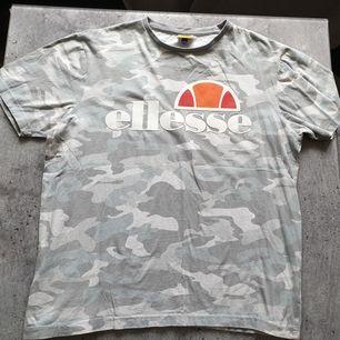En grå camo t-shirt från ellesse. Frakt tillkommer