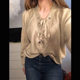 Stickad tröja med snörning, köpt på H&M💕 Använd ett fåtal gånger 100kr inkl frakt