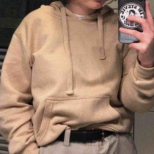 Begagnad beige hoodie köpt på Boohoo!! Frakt tillkommer