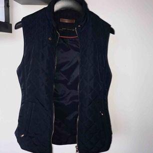 Sååå fin marinblå väst från Zara 🌷 Endast använd fåtal gånger! FRAKTEN ÄR INKLUDERAT I PRISET.