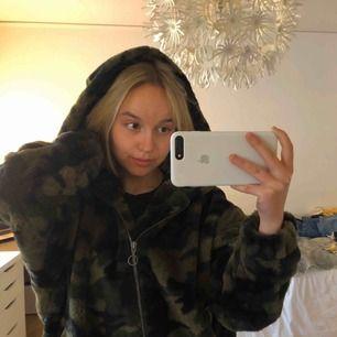 Oversized mjuk hoodie med stor luva. Så himla mjuk och gosig !!!!! Militärmönstrad från Urban Classics 💋💋