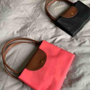 Longchamp inspirerade väskor . rosa L & svart M 60 kr för den stora 50 kr för den lilla.