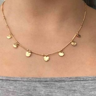 Skit snyggt guldigt halsband med detaljer på jätte fint till sommaren💕Kan mötas i Stockholm annars står köparen för frakten, pris kan diskuteras⚡️⚡️