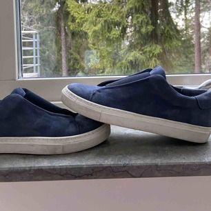 Säljer dessa snygga och trendiga blå slip-in sneakers från Wera Stockholm. Dom är använda därav priset, men i bra skick! Storlek:38 Frakt tillkommer