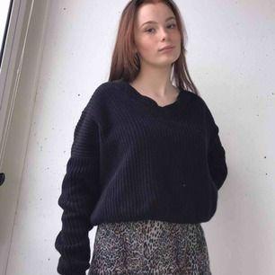 Fin tröja från Nelly med lite öppning där bak, Kan mötas i Stockholm annars står köparen för frakten, pris kan diskuteras💕💕