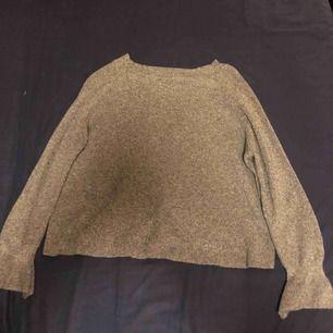 En stickad tröja, som är i bra skick som är v ringad på ryggen.  Storlek M Köparen står för frakt❤️