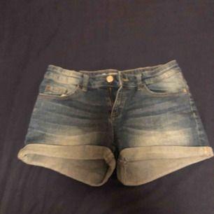 Ett par ljus blå jeans shorts i bra skick. Som passar perfekt på sommar dagar.  Storlek 164  Köparen står för frakt❤️