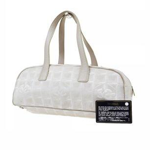 Superfin Chanel väska! 33 x 13 x 10cm stor! Verkligen den perfekta storleken! 💕 Äkthetskortet medföljer/finns såklart! Läs gärna mer om mina väskor i ett annat inlägg på min sida innan du skriver! 💕