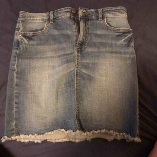 En blå jeans kjol som är i bra skick. Som passar perfekt på sommaren.  Storlek M Köparen står för frakt❤️