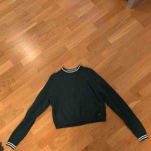 typ min favoritstickade tröja säljes nu pga för lite användning, i nyskick🥺 Grön stickad tröja ifrån Hollister med vita detaljer och lite högre krage, cropped modell!!!  Passar mig bra som är 167-168 cm!  💞💕💗💘 Priset är inklusive frakt
