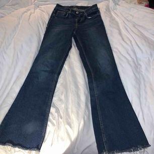 Snygga bekväma jeans från zara. Dom har en snygg blå färg och är lite utsvängda vid benen och har även coola slitningar. Kan mötas upp i Stockholm eller posta frakt kostar 75 kr.