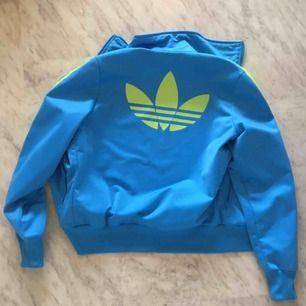 Ett snygg och cool adidasjacka som jag tyvärr inte använder. Använd men i gott skick!  Kan mötas i Malmö eller Gbg! Annars tillkommer frakt på 45 kr