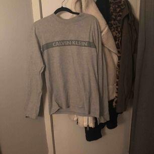 Calvin Klein tröja  Säljes billigt pga ett litet hål vid axeln