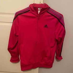 Adidas tröja med krage i fint skick . Mörk rosa med mörkblå, lika och ljuslila ränder.