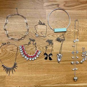 Alla smycken totalt för 50kr är knappt använda. 2 halsband med längre kedja + ett till men med tillhörande armband och halsband med 5 kortare kedja