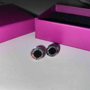 Säljer mina äkta Marc Jacobs örhängen. Har tyvärr inte kvar smyckes lådan de låg i, då de e ganska gamla. Men kan själv säga att jag aldrig använt dom. Fri frakt❤️