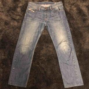 Diesel Larkee straight fit jeans. Condition 8/10. Litet märke på slutet av benet.