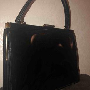 Hej! Jag säljer min lack/skinn handväska då den inte kommer till användning längre! Det är guld detaljer.  Inget fel med den, men skicket är i väldigt bra skick för att vara begagnad. Jag är öppen mot bud!! Köparen står för frakten!