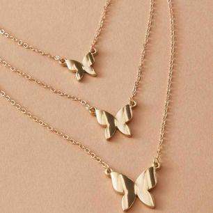 Tre stycken ihopsatta guldfärgade kedjor med fjärilar! 💛🦋