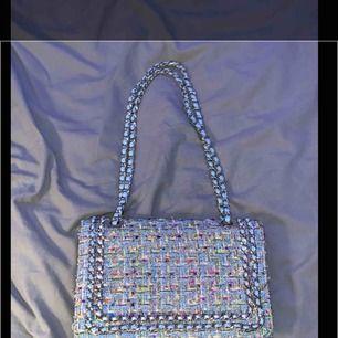 En supersnygg väska från Gina! Använd 1 gång, nästan som ny💞 säljs då jag inte använder den :( fina färger😍 kan mötas upp i Sthlm/söder och kan frakta men köpte står för frakten :)