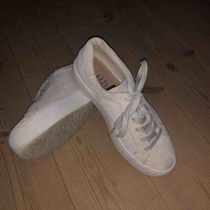Vagabond beige/gråa mocka skor endast använda ett fåtal gånger, lite lortiga lägst fram med det gå att tvättabort:)
