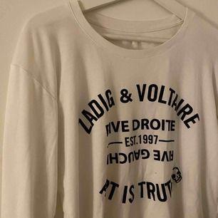 Superskön tröja från Zadig & Voltaire! Stretchig så passar XS-M skulle jag säga, beroende på önskad passform. Fin kvalite! Frakt tillkommer på 45kr, annars går det bra att mötas upp i Stockholm. Pris kan diskuteras!