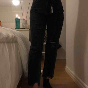 Säljer ett par helt oanvända jeans från boohoo, då de är lite för tighta för min smak! Jag är en storlek 38, så dessa passar för 38 & nog 36! 200kr (kan diskuteras) + frakt💗