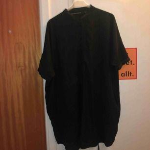 En lång blus funkar väldigt bra som en klänning oxå, kan träffas i stockholm eller så kan jag posta den, köparen står för frakten🥰